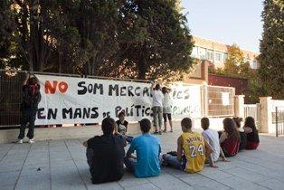 """La """"tancada"""" dels alumnes del IES Francesc Macià de Cornellà aconsegueix que se n'ampliïn els recursos"""