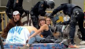 Quatre activistes contra el Pla Caufec d'Esplugues s'embidonen de formigó davant Interior