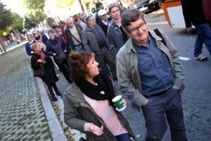Centenars de veïns de El Prat i L'Hospitalet participen en una marxa en defensa de la sanitat pública