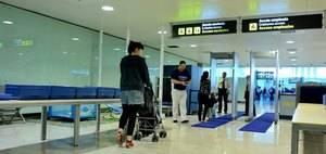 L'Aeroport de Barcelona-El Prat facilita el filtre de seguretat als pares de nens de curta edat