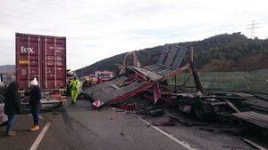 Un accidente entre dos vehículos pesados colapsa unas horas la A-2 entre Sant Andreu de la Barca y Pallejà