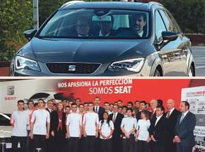 El Rey conduce a Mas hasta Seat