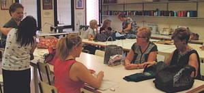 La Asociación Gent i Futur de Cornellà enseña a coser para que las paradas encuentren trabajo