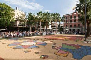 La tradicional alfombra de flores llega a Castelldefels el día de Corpus Christi