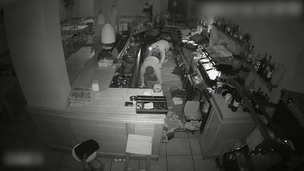Una imagen de los robos cometidos que registró una cámara de seguridad de uno de los bares violentados.
