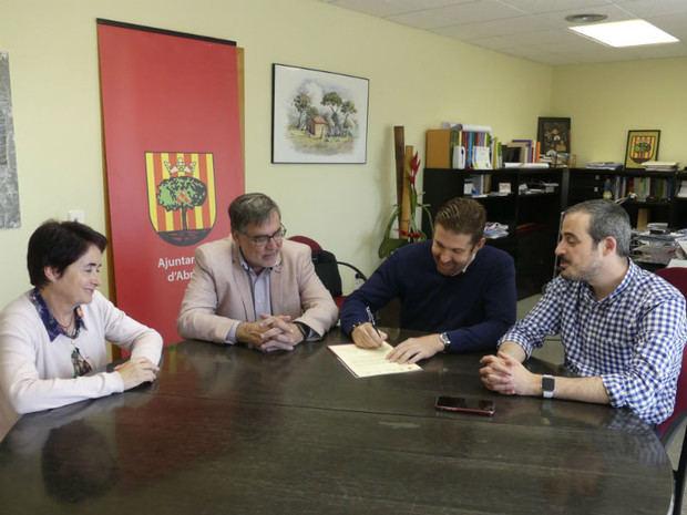 Momento de la firma de la carta a Buch por parte de los alcaldes.