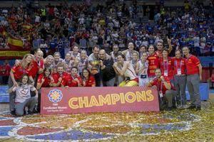 La selección española de baloncesto femenino, capitaneada por el hospitalense Lucas Mondelo, logra el oro en el Eurobasket de Praga