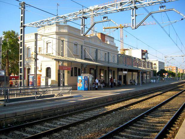 Adif estudia cómo implantar cuatro vías en la estación de Castelldefels