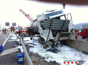 Detingut un conductor d'un camió de mercaderies perilloses que triplicava la taxa d'alcohol després de patir un accident a la B-23