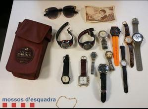 Algunos de los objetos que los agentes encontraron en la mochila de los arrestados.