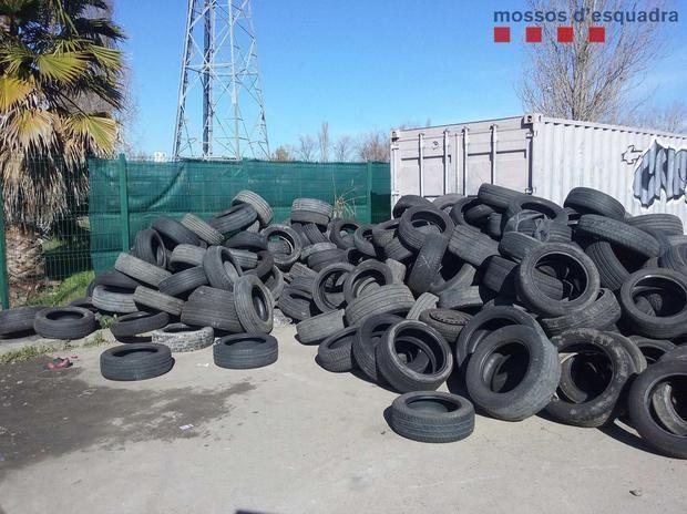 Denuncian a un hombre que abandonaba neumáticos en un centro comercial de Sant Boi