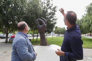 Lorenzo Quinn cedeix l'obra 'En Perspectiva' a Viladecans