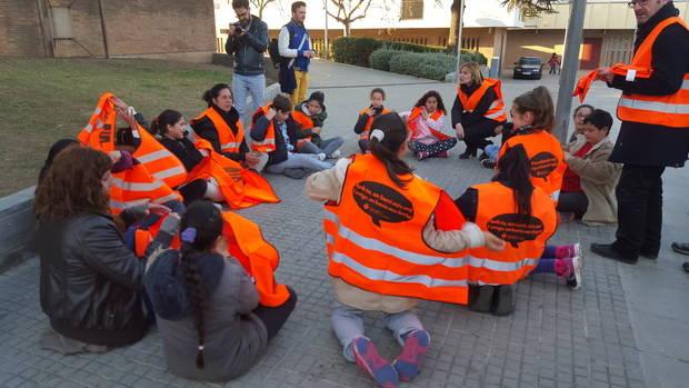La resposta de l'Ajuntament, feta durant una campanya de neteja al barri, arriba just dies després de la manifestació organitzada per l'AAVV Camps Blancs