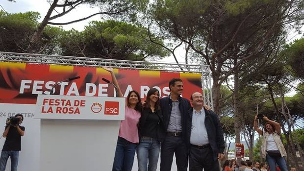 El apoyo de Pedro Sánchez al PP para desarrollar el artículo 155 genera las primeras divisiones en el PSC. En la imagen, Sánchez saluda junto a Iceta y Parlón en la Festa de la Rosa de 2016