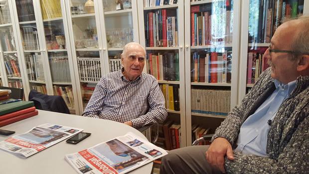 Vila, a la dreta, conversa amb Vicenç Capdevila