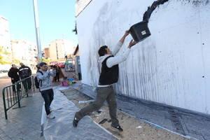 L'art de grafit de Lucas Milà i la seva protagonista, la Mercedes, donen color al mur del metro de la Torrassa