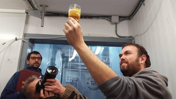 Miquel Rius, director del BBF, aixeca una cervesa Fort, la única artesana de L'Hospitalet