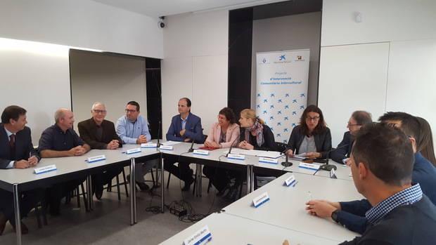 """Administracions i entitats socials de Sant Boi creen un nou espai conjunt per """"ser més eficients"""" en la intervenció comunitària intercultural"""