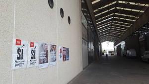 Propaganda a favor del referéndum, precisamente lo que buscaba la Guardia Civil, en las puertas de Artyplan, en Sant Feliu de Llobregat