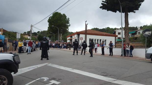 La Guardia Civil ha incautado discos duros de ordenadores del Centro Cívico de Can Sunyer, en Sant Andreu de la Barca; no han encontrado las urnas