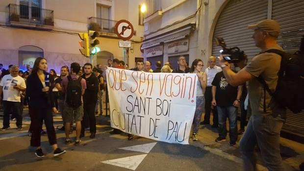 Lema de la marcha contra la acogida de agentes, mientras periodistas internacionales narran lo que ocurre en Sant Boi