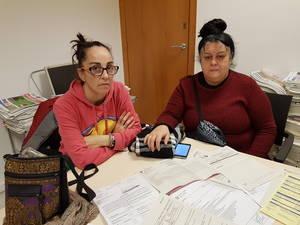 Sonia Juanati, amiga de Elisabeth, y María Rosa, su madre, buscan desconsoladamente una solución desde que se les comunicó la no renovación del contrato
