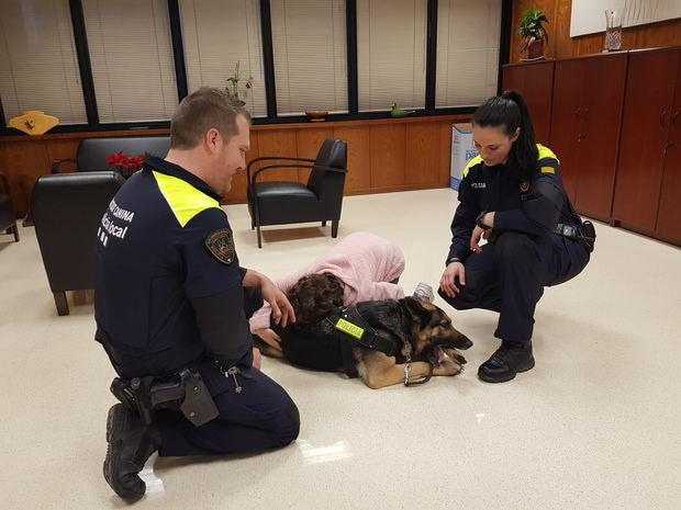 Lucía, con autismo diagnosticado, abraza a 'Kenia', de la unidad canina de la Policía Local de Sant Andreu de la Barca