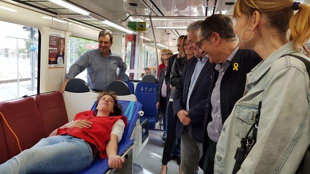 FGC convierte, en la estación de Sant Boi, un tren en punto solidario para donar sangre