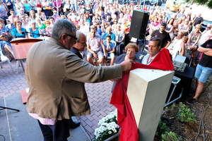 Momento en el que se descrubre el monolito en recuerdo a Cristina Bergua. A la izquierda, Balmón y Montilla. A la derecha, los padres de la joven cornellanense.