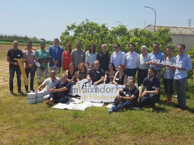 Los embajadores y embajadoras de Viladecans junto al alcalde y los regidores de la ciudad.