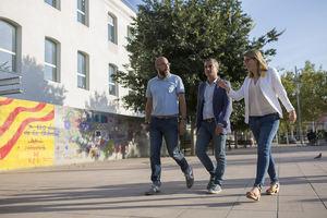 La consellera Artadi -a la derecha- junto a el alcalde de Molins -centro- paseando por el municipio.