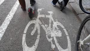 La convivencia entre peatones y vehículos de movilidad personal preocupa a los consistorios.