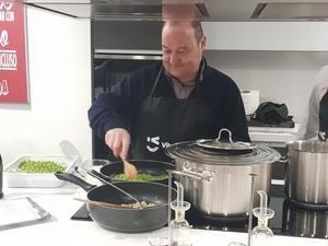 El alcalde de Viladecans, Carles Ruiz, cocinó junto con el chef Domingo Morilla, presidente del Gremi d'Hosteleria de Viladecans, el menú que ofreció a los periodistas en pódium.
