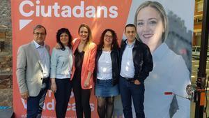 Carolina Torres -en el centro- junto a su equipo, el diputado en el Parlament, Martín Barra -izquierda- y la regidora de Sant Andreu, Saray Cantero -segunda derecha-.