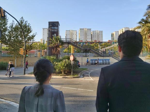 María y Carlos llevan a cabo su tarea en L'Hospitalet.