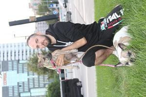 Ángel Miñarro con sus dos canes adoptados.