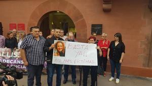 Familiares de la víctima y el alcalde de la ciudad frente a las puertas del ayuntamiento durante la concentración en contra de la violencia machista