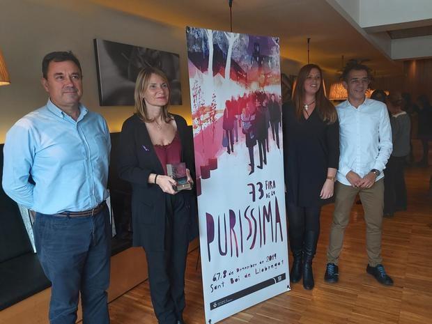 Moret posa con el premio innovación de las ferias catalanas.