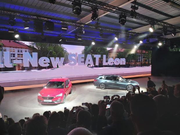 Entrada en escena de los dos modelos del nuevo León en el improvisado y futurista escenario del taller 15.