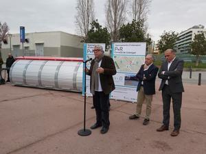 Balmón presenta los dos nuevos Park & Ride de Cornellà, junto con Poveda y Pascual. Al fondo, ubicación de uno de los dos aparcamientos, el de la calle Sevilla.