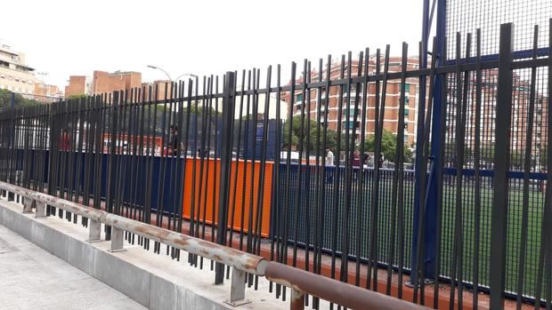 El Ayuntamiento de L'Hospitalet de Llobregat instala una valla perimetral alrededor de la pista Cruyff Court Jordi Alba