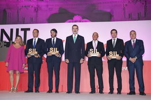 Los premiados, junto a Felipe VI. Vollmer, de Seat, segundo por la izquierda.