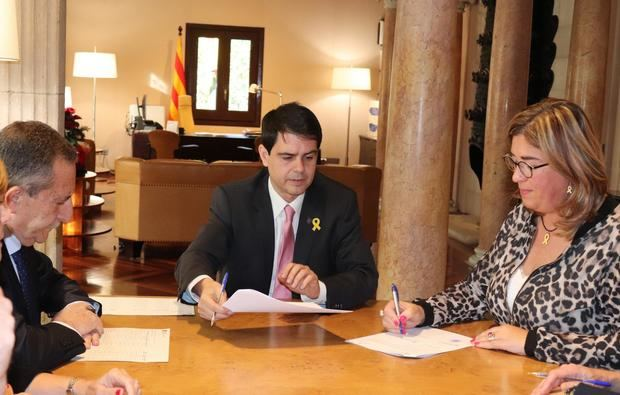 Firma de uno de los crèditos entre Marc Castells -centro-, presidente de la Diputació de Barcelona, y Mercè Esteve -derecha-, alcaldesa de Begues.