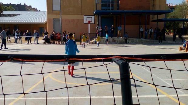 Competición de fútbol en un colegio.