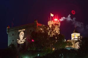 El castillo de Castelldefels iluminado durante la Fiesta del Mar 2017.