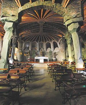 FGC porta a l'interior d'un tren la Cripta de la Colònia Güell de Santa Coloma de Cervelló