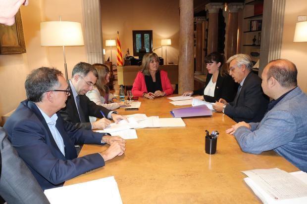 Lidia Muñoz, alcaldesa de Sant Feliu (segunda por la derecha), durante la firma del crédito, con Nuria Marín, presidenta de la Diputación, en el centro de la imagen