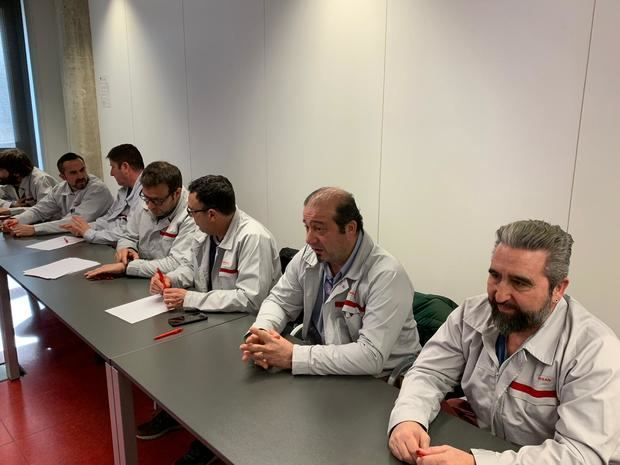 Los líderes sindicales de la planta de Zona Franca, esta mañana en la rueda de prensa donde han escenificado su alianza.