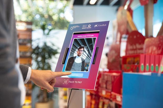 La tablet que reconoce al comprador y le hace el cargo a su cuenta.