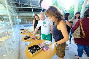 La alcaldesa de Gavà, Raquel Sánchez, en la muestra de joyas realizada durante la presentación de la 6K Gavà Fashion Week